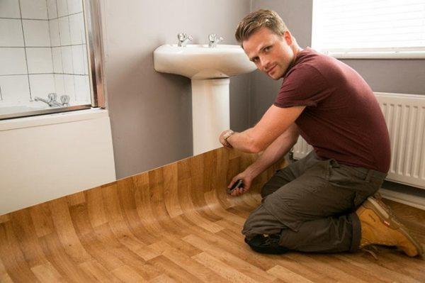 ПВХ-линолеум отлично подходит для обустройства ванной.