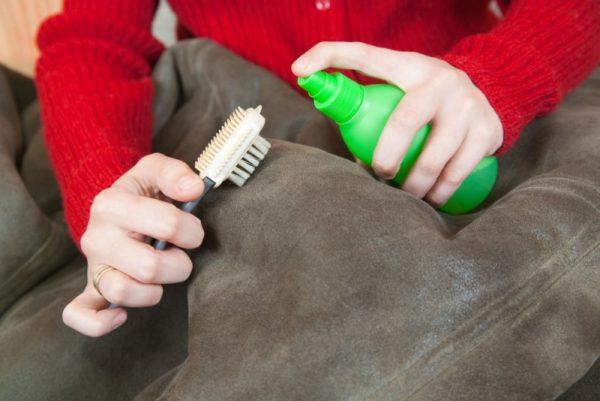 Растворитель или уксус и жесткая щетка помогут избавиться от пятен.