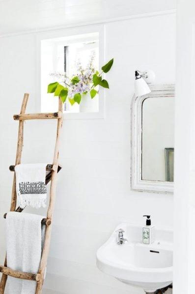 Разместить такую лестницу можно возле раковины, чтобы полотенца были под рукой.
