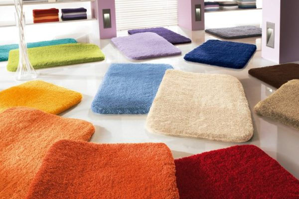 Разнообразить оформление ванной смогут, например, такие цветные коврики от Kleine Wolke