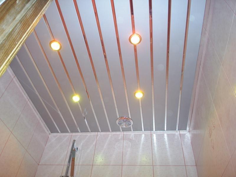 Потолок из пластиковых панелей в туалете своими руками