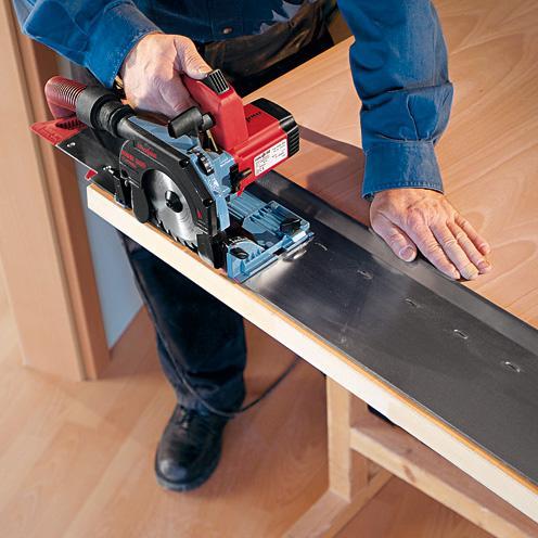 Резать ДСП для фасадов и полок лучше всего либо дисковой пилой, либо на профессиональном оборудовании