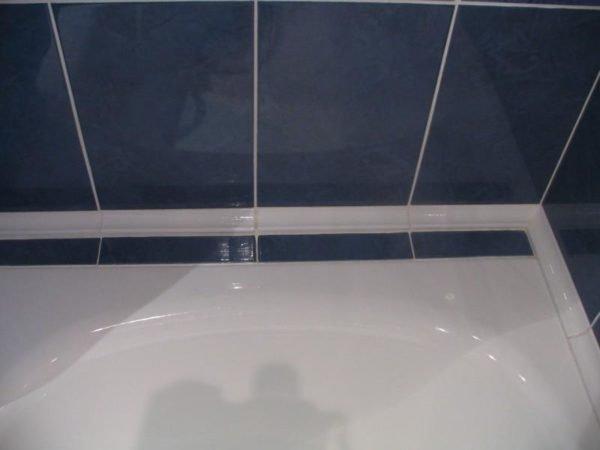 Щели межу ванной и стеной должны быть герметизированы