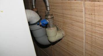 Шаровые краны на подводке позволяют отключить смеситель независимо от стальных приборов.