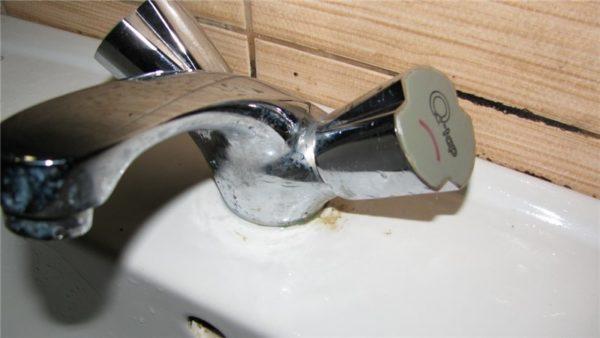 Смеситель с керамическими кранбуксами наиболее отказоустойчив.