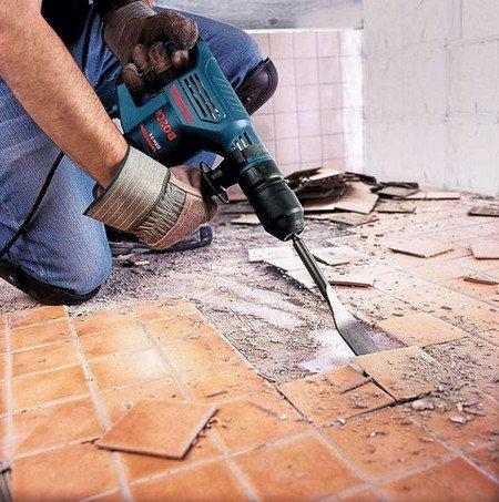 Старая плитка в ванной должна быть заранее демонтирована.