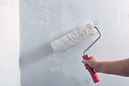 Стены и пол нужно прогрунтовать в два слоя.