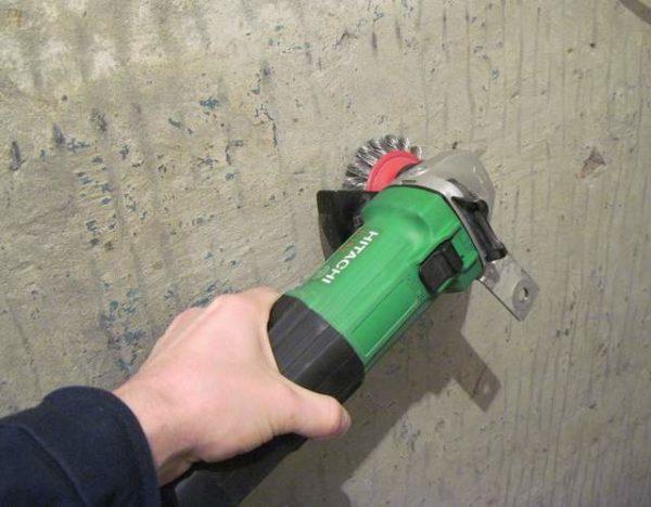 Стены перед установкой утеплителя нужно очистить.