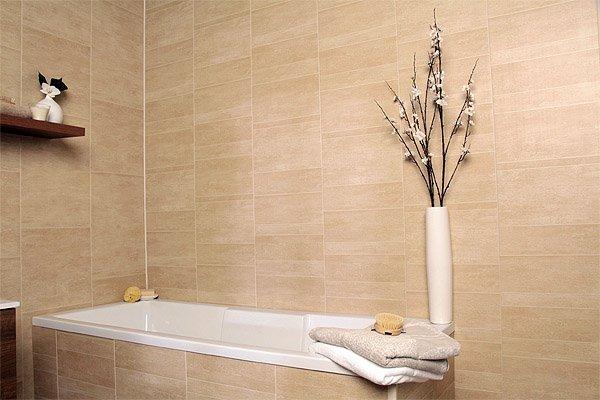 Стены в ванной из пластиковых ламелей.