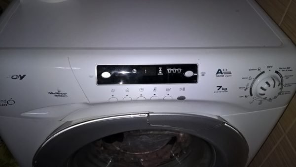 Стиральная машинка промывает канализацию при каждом сливе воды.