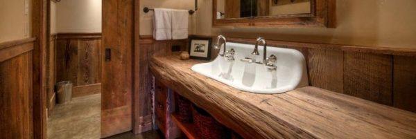 Столешница в ванную из дерева может быть и такой – дуб даже без обработки не боится влаги