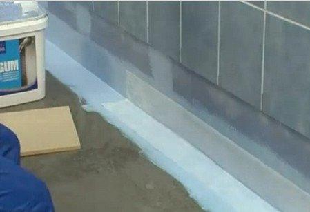 Стыки между стенами и полом проклеиваются эластичной герметичной лентой.
