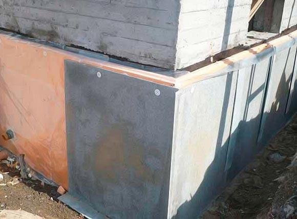 Сверху утеплитель можно защитить асбестоцементными плитами.