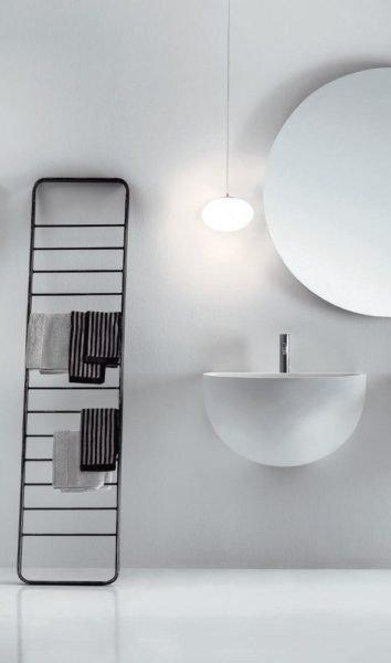 Такая оригинальная лестница как нельзя лучше впишется в хай-тек и минимализм