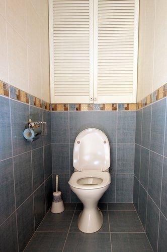 Темный низ и светлый верх – беспроигрышный вариант для маленького туалета