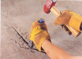 Трещины в бетонном полу нужно заделать цементным раствором или пеной.