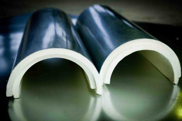 Трубы вентиляции можно утеплить пенополиуретановыми скорлупами.
