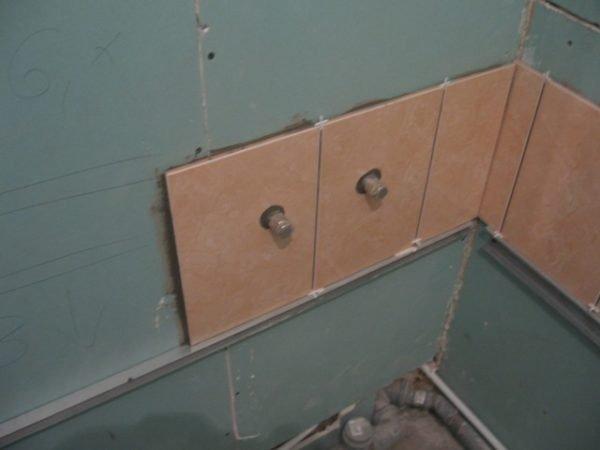 Укладка плитки над ванной