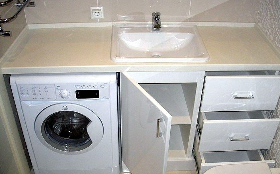 Установленная стиральная машина под столешницу в ванной даёт возможность полноценно использовать пространство над ней