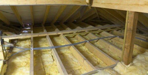 Утепляющий материал должен иметь хорошие теплосберегающие свойства.