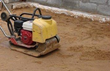 Утрамбованный песок в подвале.