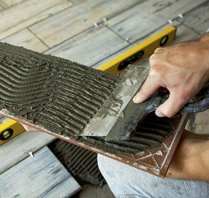 В качестве декоративного покрытия для пола лучше использовать керамическую плитку.