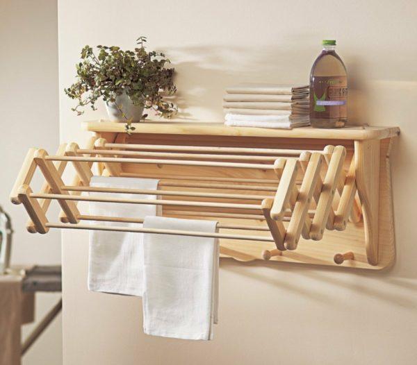В компактных ваннах позволят сэкономить место раскладные деревянные модели.