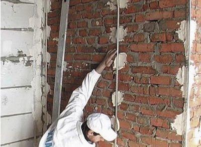 В некоторых случаях нужно выровнять стены по маякам.