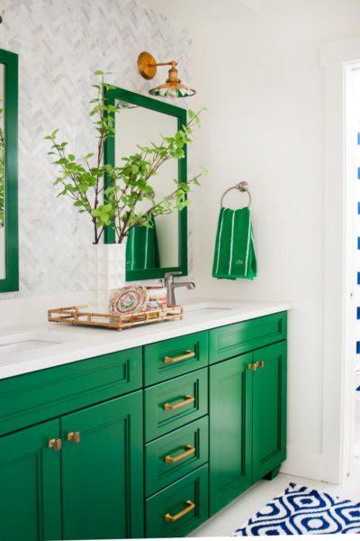 В современной ванной можно сделать яркие цветовые акценты, не выполняя отделку