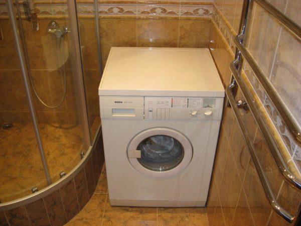Ванна заменена душевой кабиной. Стиралка установлена на освободившееся место.