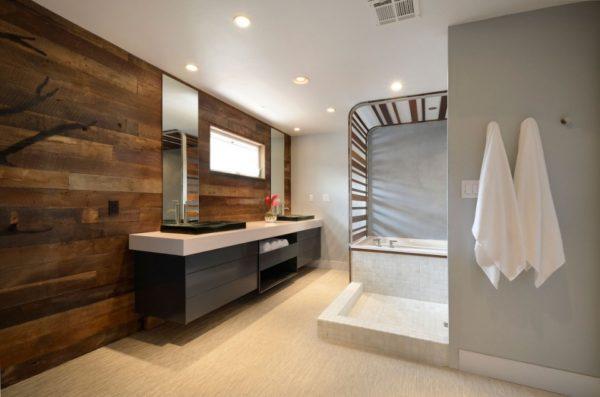 Ванная, отделанная деревянными стеновыми панелями.