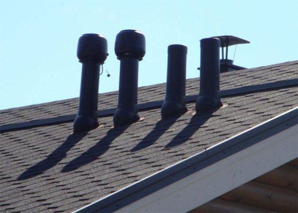 Вентиляционные трубы на крыше коттеджа.