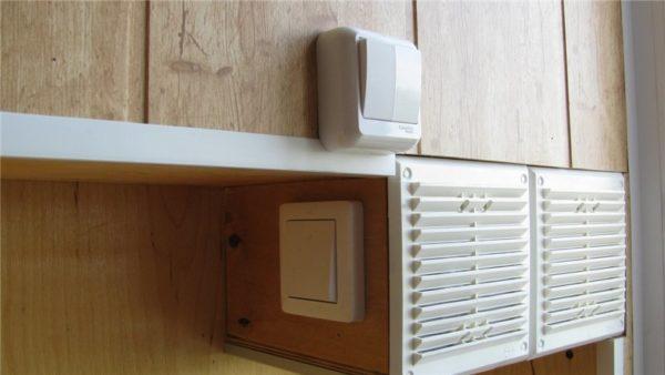 Верхний выключатель управляет светодиодами, нижний обесточивает скрытый в вентилируемой нише блок питания.