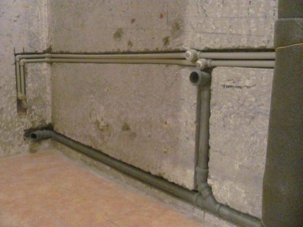 Водопровод и канализацию следует прятать в штробы