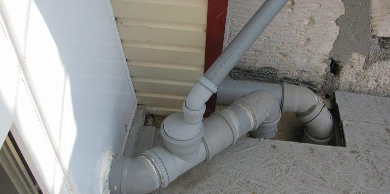 Врезка фанового отвода в канализацию мансардного этажа.