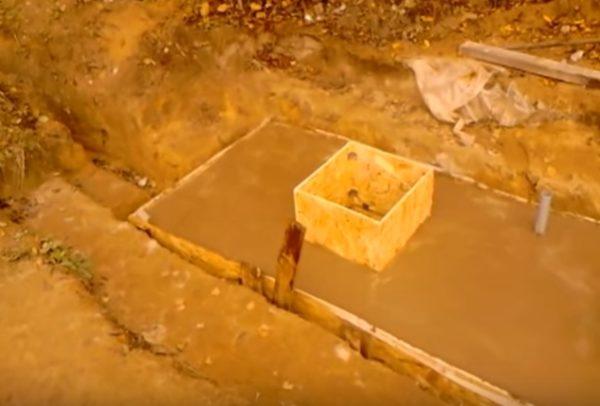 Залитое бетоном перекрытие с заранее установленной вентиляционной трубой.