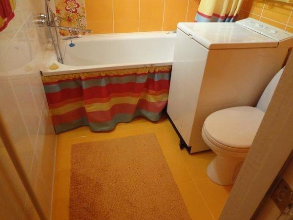 Занавеска под ванной спрячет от посторонних глаз бытовую химию и прочие предметы