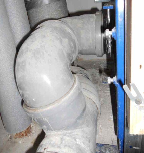 Запах может появиться из-за ошибок в проектировании и сборке канализации.