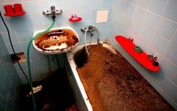 Засор канализационного стояка: ванна заполняется стоками верхних квартир.