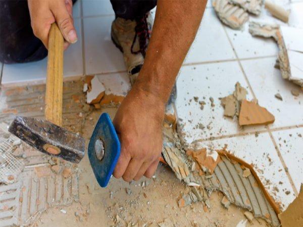 Затем удаляется керамическая плитка или другая отделка.