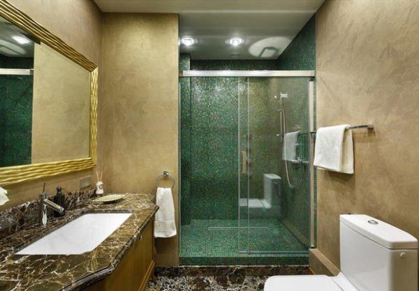 Зеленая плитка для ванной может быть основным или акцентным отделочным материалом, масштабность ее использования определяется оттенком и площадью помещения