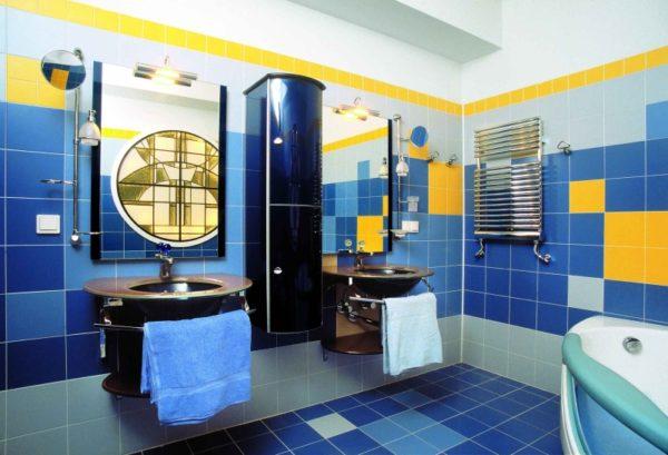 Желтая плитка для ванной комнаты чередуется с синей и голубой