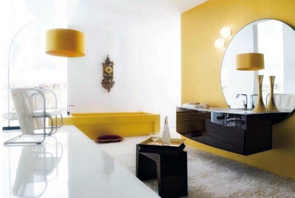 Жёлто-белый санузел всегда выглядит просторным и светлым