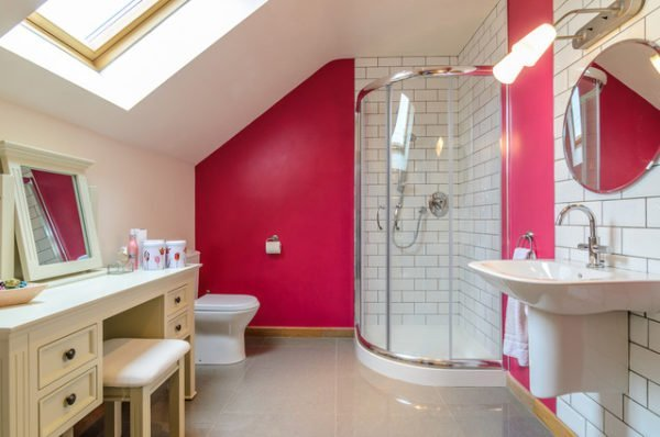 А вот соседство с кирпичной кладкой или плиткой «кабанчик» позволяет превратить ванную в уголок деревенского дома