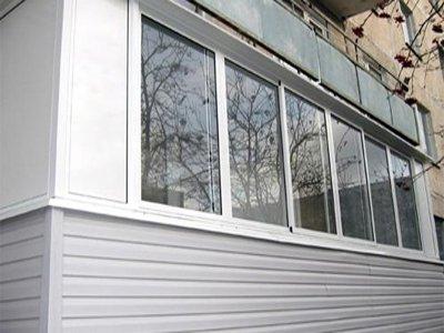 Алюминиевая вагонка на фасаде балкона.