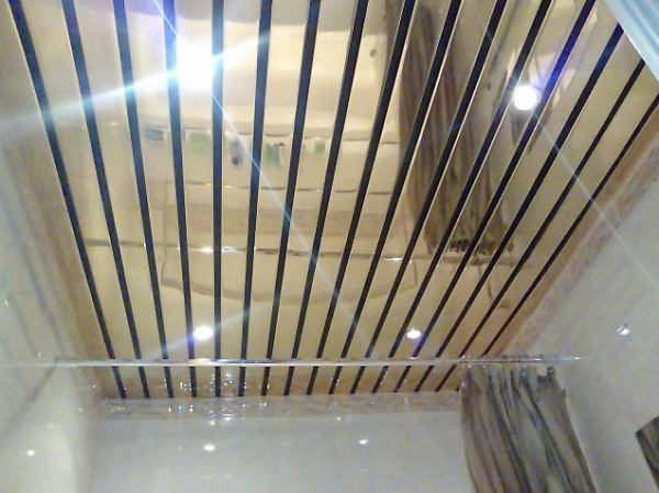 Алюминиевые рейки на потолке в сантехническом помещении.