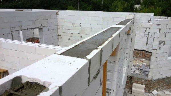 Армированные монолитно-бетонные перемычки над окнами после заливки бетонного раствора.