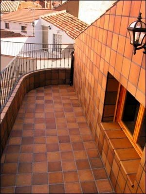 Балкон, оформленный клинкерной плиткой.