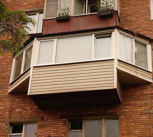 Балкон с боковыми подоконниками.