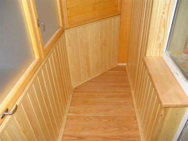 Балкон с деревянным полом.